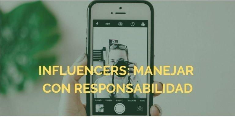 móvil en la que se ve una influencer haciendo una foto
