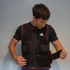 hombre poniendose chaleco con peso Adidas