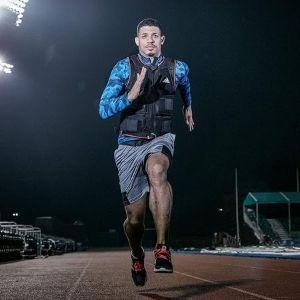hombre corriendo con chaleco con peso Adidas