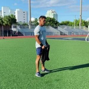 chico utilizando chaleco con peso Aduro Sports para correr