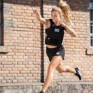 chica corriendo con chaleco con peso Phantom Athletics
