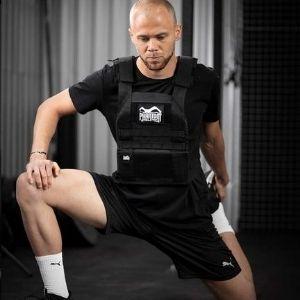 hombre haciendo estiramientos con chaleco de lastre Phantom Athletics