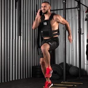 hombre haciendo ejercicio con chaleco con lastre Phantom Athletics