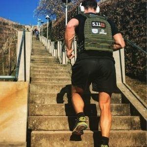 chico subiendo escaleras con chaleco tactec 5.11