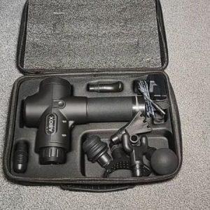 pistola de masaje Abox color negro con cabezales en su maletín